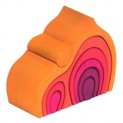 Casita de color naranja con piezas para encajar de madera