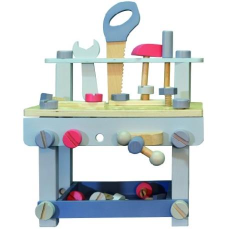 Banco de trabajo de madera con herramientas