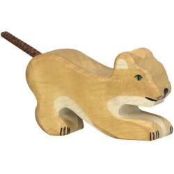 León pequeño jugando de madera