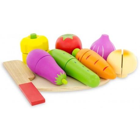 Set de verduras, cubiertos y tabla para cortar de madera